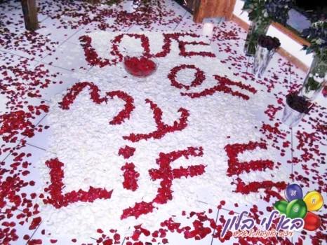 עיצוב חדר באמצעות כיתוב אומנותי בפרחים חתונות