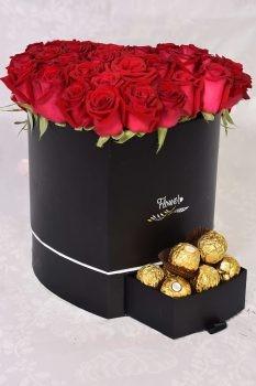 ורדים ושוקולד ב- flowewrs box לב שחור 550 שח